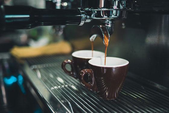Espresso Tasse aus Siebtraegermaschine