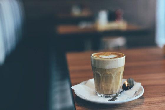 Latte Macchiato auf Holztisch Friedrichshain