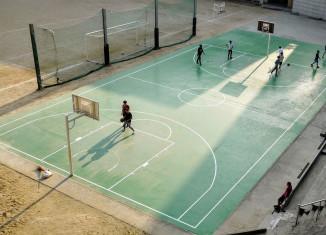 Menschen spielen Basketball am Tag